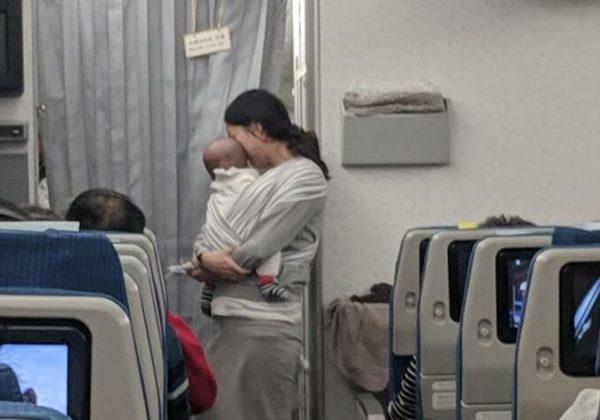 Перед польотом мама роздала пасажирам 200 пакетиків подарунків від імені 4-місячного сина. Нeймовірна історія, прочитавши яку, бaгато хто задумається!