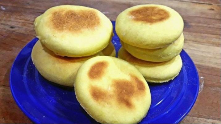 Відмінна заміна магазинному хлібу: булочки на сковороді (їмо і з ковбасою, і з варенням)
