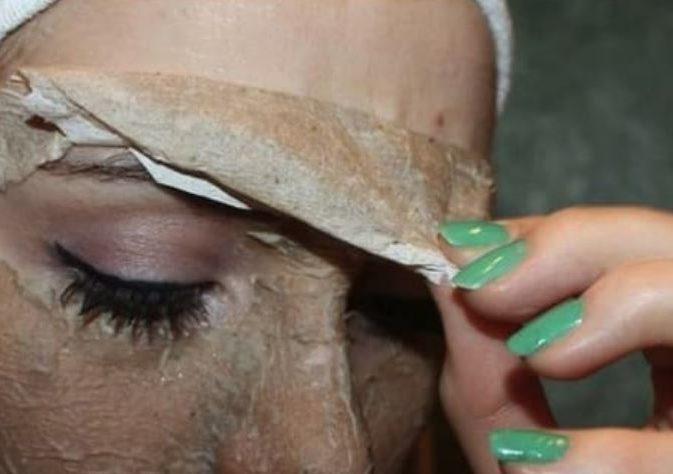 Допомагає вивести зі шкіри токсини: маски від чорних цяток з желатином і вугіллям